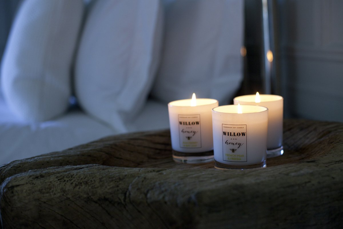 How to choose decorative candles that can accent any bedroom?